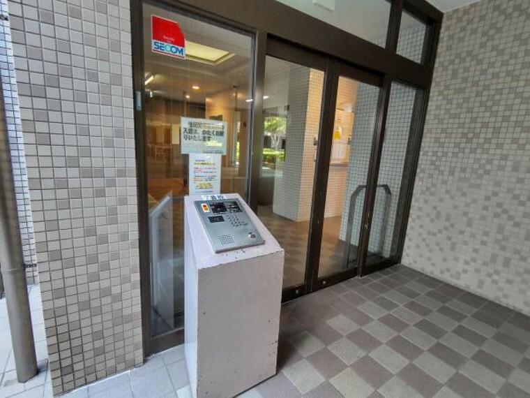 エントランス(外) 【エントランスホール】 1階のエントランスホールは管理人さんによって綺麗に清掃されています。またオートロックであるので安心です。