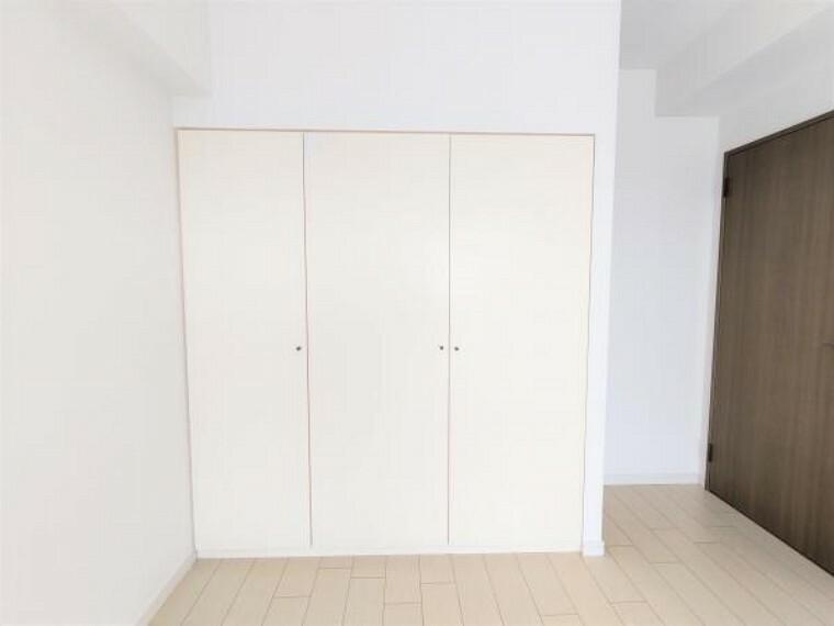 収納 【リフォーム済】 洋室約7.4帖のクローゼットの写真です。クリーニングを行いました。収納が充実しているので、衣類や生活用品の収納ができますね。