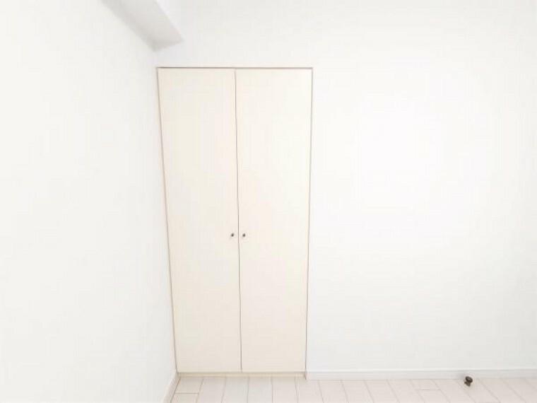 収納 【リフォーム済】 洋室約4.5帖のクローゼットの写真です。クリーニングを行いました。一つでも多くの収納スペースがあることで、お部屋がお部屋を広々使えますね。