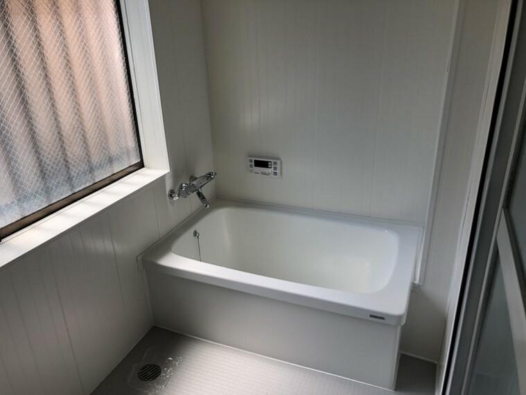 浴室 浴室には換気に役立つ窓付きです!
