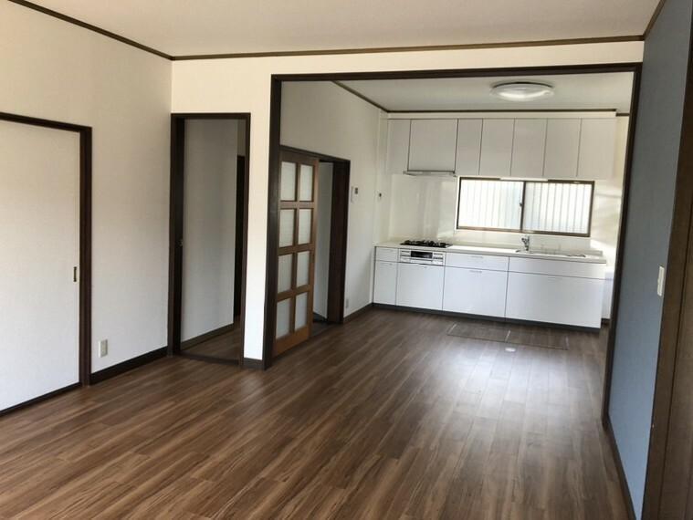 居間・リビング スペースを有効活用できる壁付キッチン