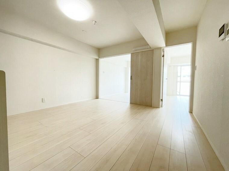 居間・リビング 新規内装リノベーション済(令和3年4月)、美しく快適に生まれ変わった室内をぜひご覧ください。水廻りも新しくしておりすぐに気持ちよく新生活を始められます。