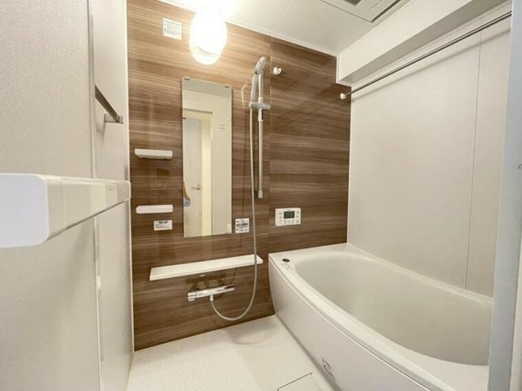 浴室 1日の疲れを癒す場としてゆったりと寛げる綺麗で清潔感のある色味のバスルーム。雨の日や夜間のお洗濯に便利な浴室乾燥機付です。