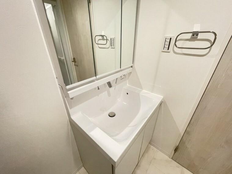 洗面化粧台 落ち着いた空間を演出するカラーとゆったりお使い頂ける広さが魅力の洗面室です。気持ちの良い空間で朝の身支度もはかどりそうですね。