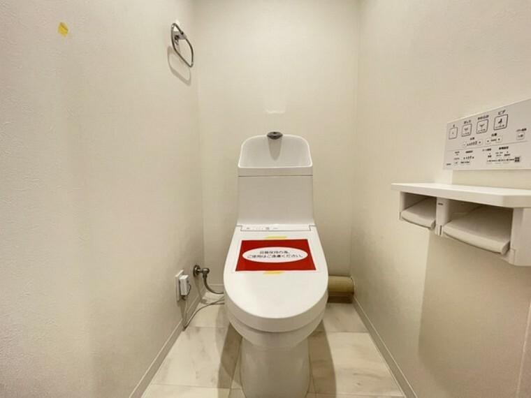 トイレ 人気の洗浄便座付のトイレ。トイレットペーパーの無駄をなくすだけでなく感染症の予防にも効果的です。白を基調とした明るく清潔感のある空間です。
