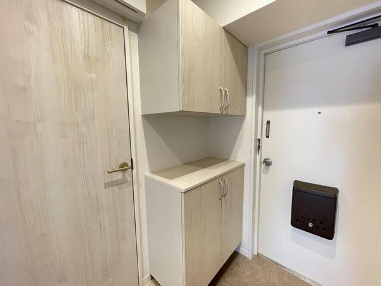 収納 住まいの入口である玄関にはシューズボックスを設置。お客様を迎える空間をいつでもすっきり整頓できます。清潔感のある落ち着いた雰囲気の玄関です。