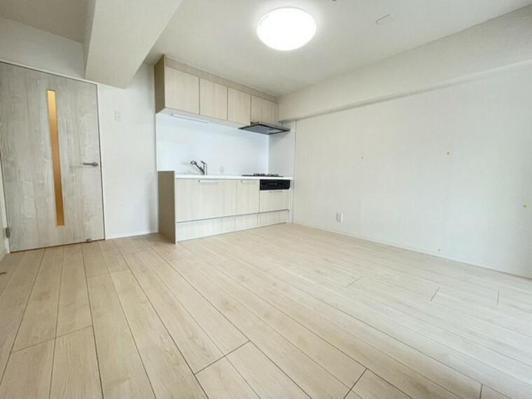 居間・リビング 爽やかな色合いのフローリングと清潔感溢れるクロスが明るい空間を創り出しているダイニングキッチンです。どんなインテリアにもマッチするので、お好きな家具を置いて自分好みの空間創りがしやすいお部屋です。