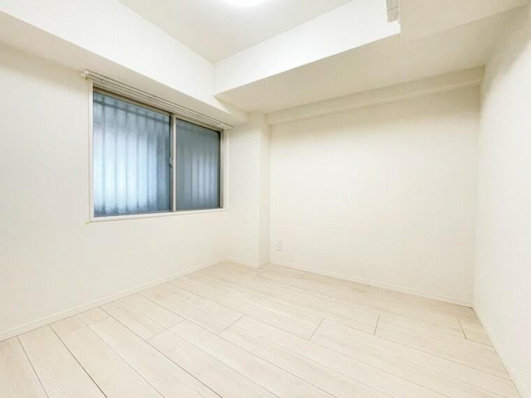 洋室 4.3帖の洋室~プライベートな時間を心豊かに過ごせる落ち着いた内装仕様です。子ども部屋やゲストルーム、趣味のスペースなど多目的に利用できます。