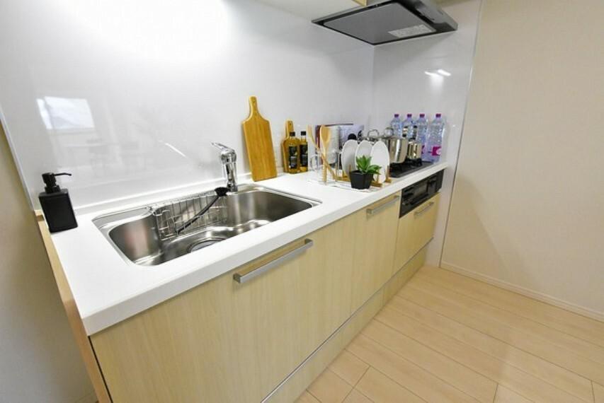 キッチン 収納が多く使いやすいシステムキッチンです。上部吊戸棚もあるので収納力がありお鍋やキッチン用品等の収納が可能です。広々としたキッチンで毎日のお料理も快適にできそうですね。
