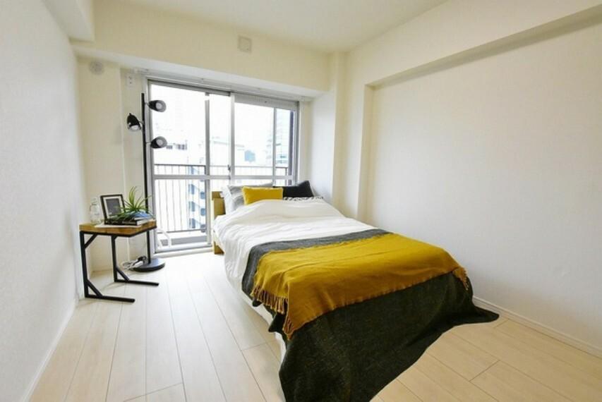 洋室 6帖の洋室~住まう方自身でカスタマイズして頂けるようにシンプルにデザインされた室内。自由度が高いので家具やレイアウトでお好みの空間を創り上げられます。
