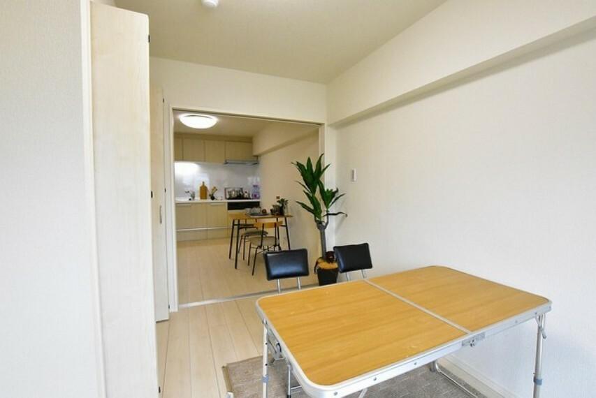 洋室 5帖の洋室~ひとりの時間をゆったりと過ごしたり趣味に打ち込んだりと自分時間を快適に過ごすプライベートルームです。クローゼットも完備しており、お部屋を広く使えます。