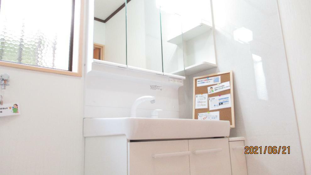 洗面化粧台 窓付きの明るい洗面脱衣室! 収納力の高いシャワー付き洗面化粧台設置!