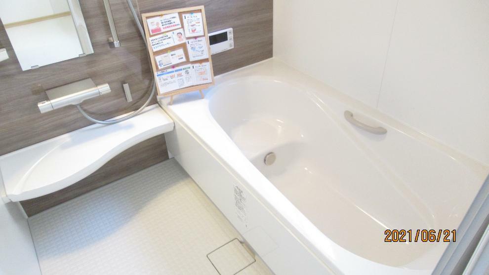 浴室 浴室乾燥機付きなので、雨の日も気にせずにお洗濯ができます。 追焚機能、浴室暖房もついていますよ。