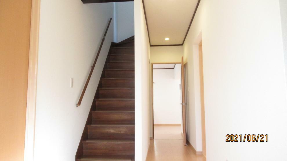 玄関入ってすぐのところに階段があるので、お子様がお友達を連れてきてもそのまま2階のお部屋に行くことができます(^^)