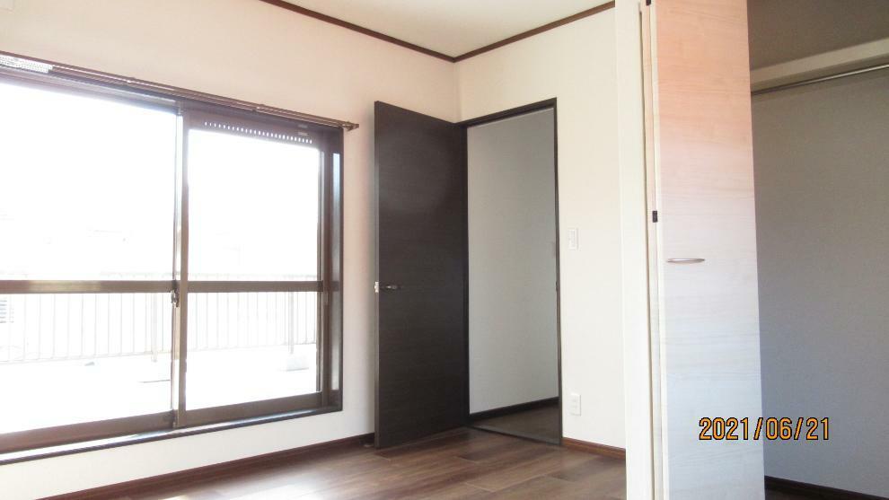 寝室 洋室にクローゼット、和室に押入れとファミリー向けならではの収納力。