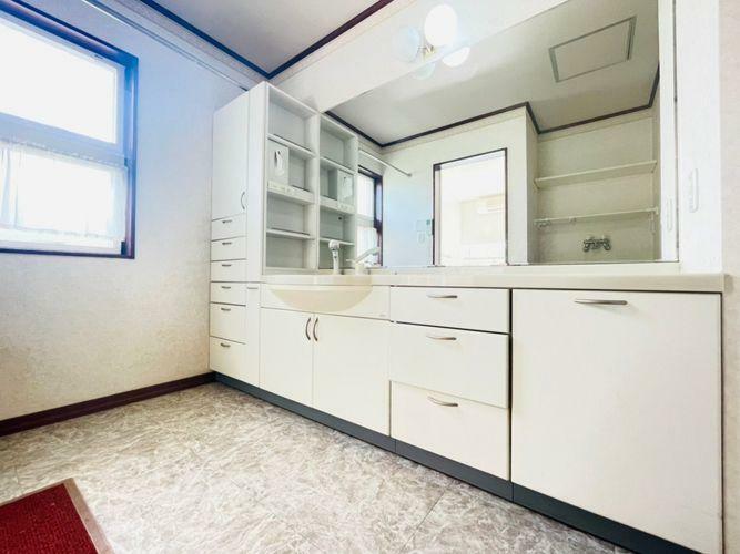 洗面化粧台 下着やタオル、ストック洗剤など収納に困らない洗面所