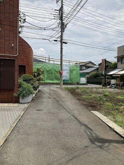 現況写真 舗装された前面道路は通行もスムーズ。