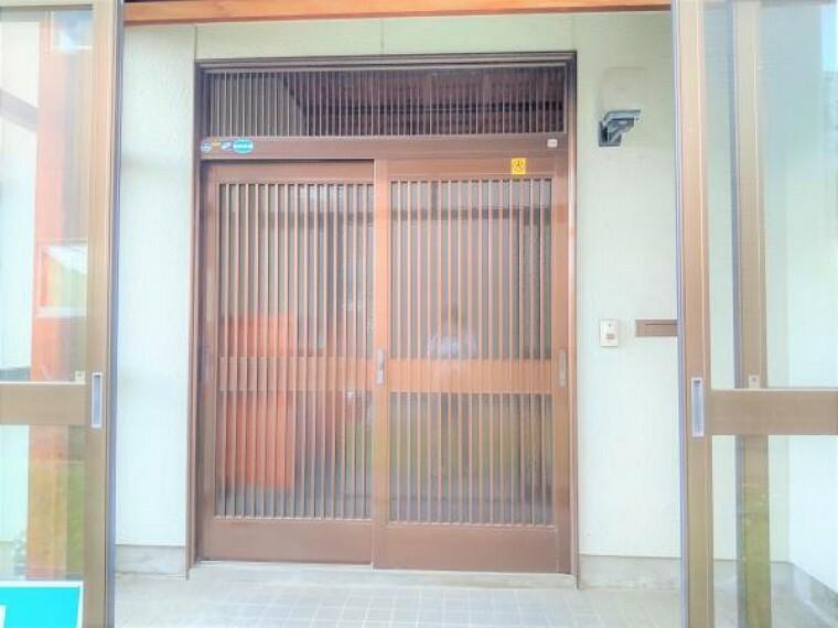 玄関 【リフォーム中】玄関扉の写真です。鍵は新しく交換しますので、安心できますね。