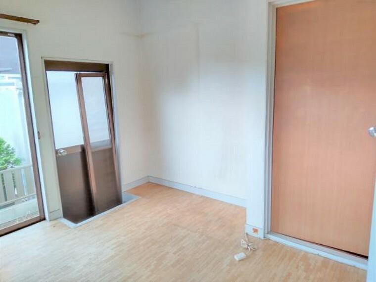 【リフォーム中】現在キッチンのお部屋の写真です。収納スペースに変更予定です。壁や天井のクロス張替を行い、ドアも新品に交換します。高さのあるものや大きいものもしっかり置けたり、行き来ができるウォークインクロゼットとして利用したりと使い勝手が良いですね。