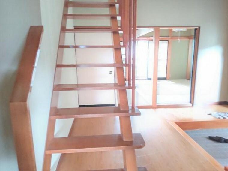 【リフォーム中】1階廊下の写真です。階段には手すりを設置しますのでご年配の方やお子様も安心して上り下りできますね。