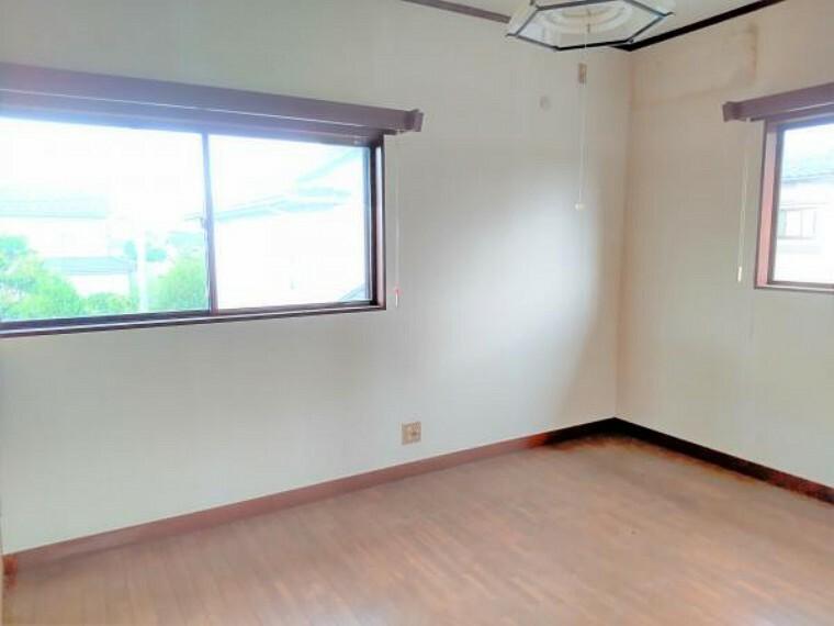 【リフォーム中】2階洋室6帖の写真です。天井と壁のクロスを張り替える予定です。収納も設置しますので子供部屋にいかがでしょうか。