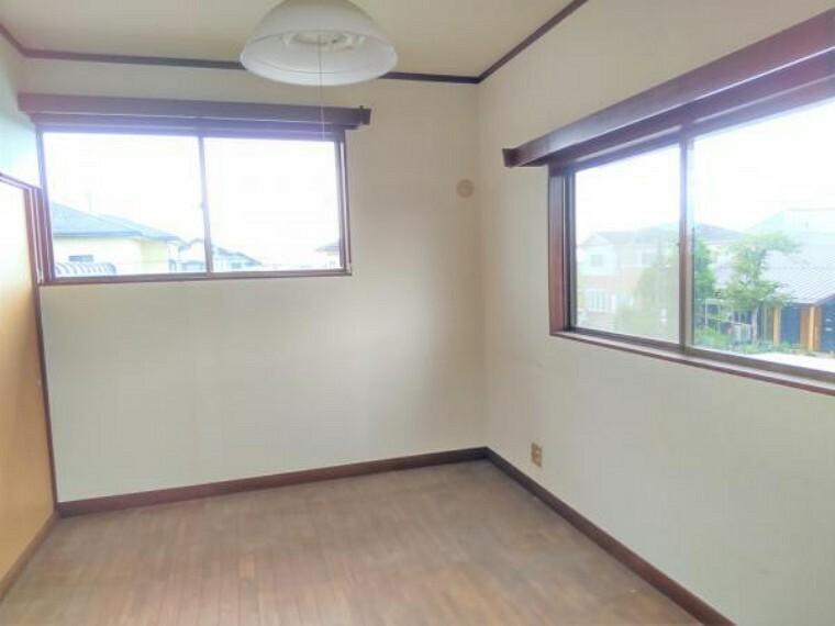 【リフォーム中】2階洋室6帖の写真です。収納スペースがありますのでお部屋をすっきりと保てますね。