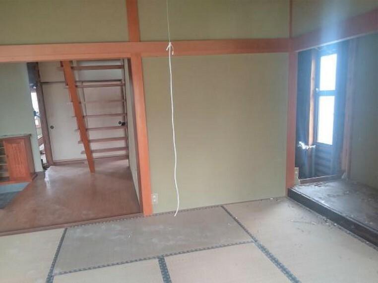 居間・リビング 【リフォーム中】LDKの別角度写真です。現在は和室ですが、床はフローリング、壁:天井はクロスを張り替え洋室に変更します。LDKから洗面所や浴室にも入れるようにリフォームする予定ですので、家事がしやすい空間に仕上げます。