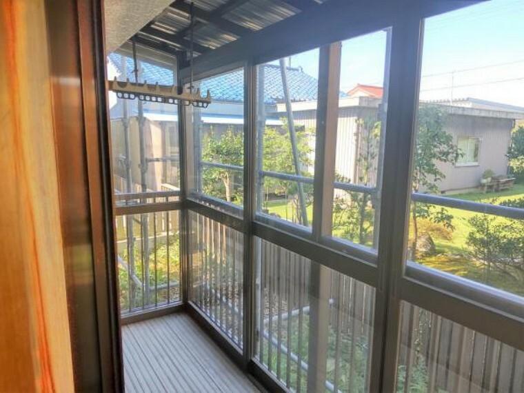 【リフォーム中】サンルームの写真です。LDKに隣接しているので日の光が入りやすいです。また、洗濯物を干すことができ、キッチン等家事動線が近くにあるので便利ですね。