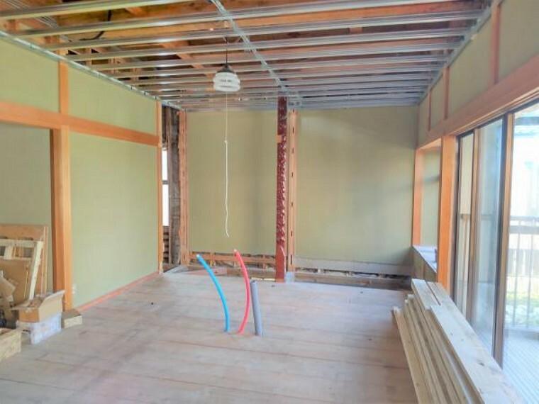 居間・リビング 【リフォーム中】LDKの別角度写真です。左奥にある入り口は洗面脱衣所への入り口です。家事動線が近くなるように間取りを変更しました。