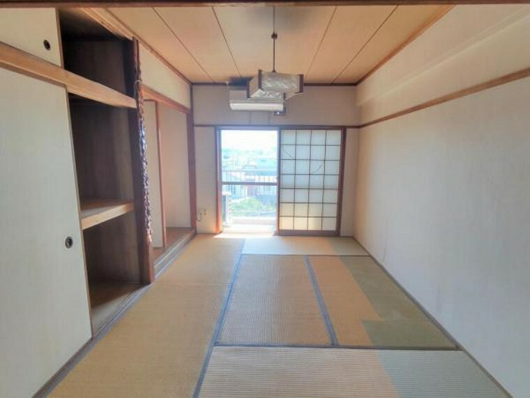 洋室 【リフォーム中】南側和室6帖です。和室を洋室に間取り変更、クッションフロア張り、クロス張替え、照明交換、建具交換を予定しております。東向きなので主寝室に最適。朝の陽ざしで優しく目が覚めます。