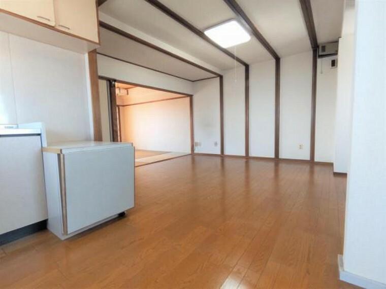 リビングダイニング 【リフォーム中】LDK13.5帖です。クロス張替え、クッションフロア張り、照明交換を予定しております。和室ともつながっており、ドアを開けると開放的な空間が広がります。