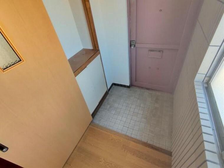玄関 【リフォーム中】玄関鍵交換、クロス張替え、シューズボックス交換、手すり新設、クッションフロア張りを予定しております。中古住宅だと鍵もそのままだと思われがちですが、交換をしてからお引き渡しになるので安心ですね。