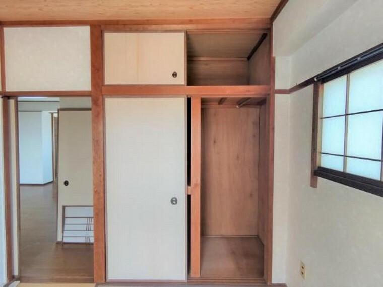 収納 【リフォーム中】北側居室の収納です。ふすま張替え、内部ベニヤ上張りを予定しております。ついつい増えてしまうお子様のおもちゃや衣類、衣装ケースもたくさん収納できますよ。