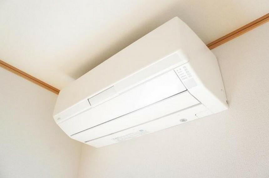 冷暖房・空調設備 【同仕様写真】リビングには新品のエアコンを設置します。新生活を快適にスタートしていただけるだけでなく、お引越し時家電の買い替えをする方にとって、1台分の出費が減るのは嬉しいですね。