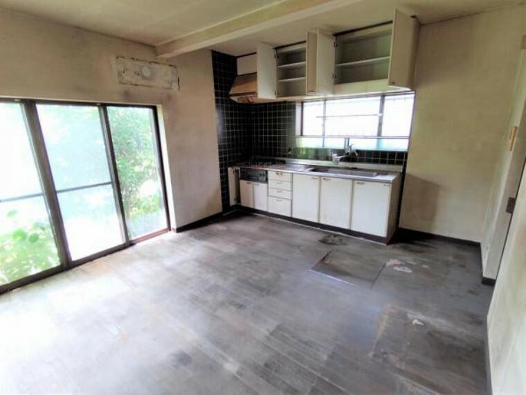 洋室 【リフォーム中】1階10帖の洋室です。使い勝手を考えてキッチンを移動し、洋室となる予定です。天井と壁のクロスを張り替えて、床はフローリングの張替えを行います。