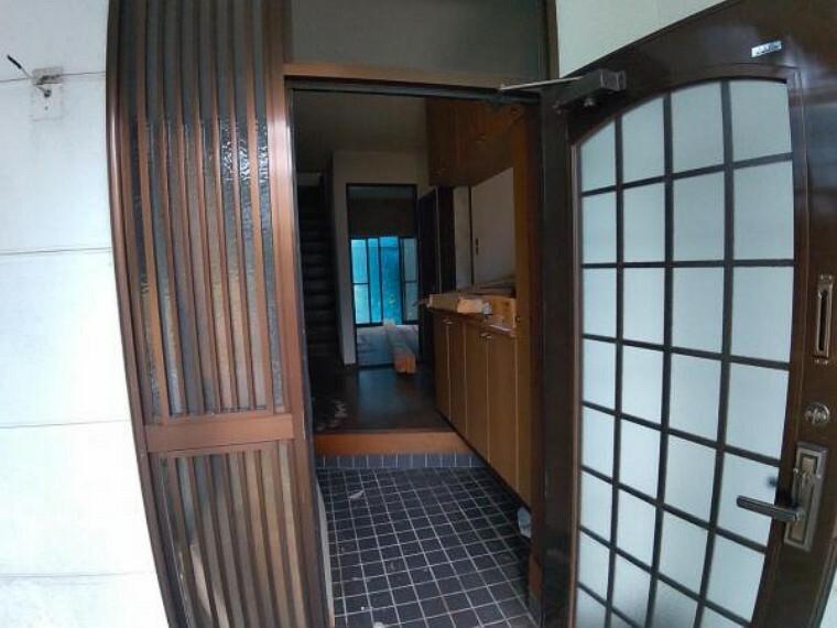 玄関 【リフォーム中】玄関写真です。これから鍵交換を行う予定です。