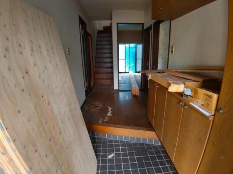 玄関 【リフォーム中】玄関内部写真です。