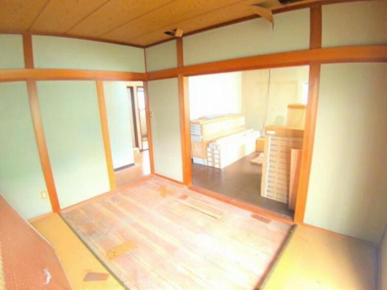 リビングダイニング 【リフォーム中】1階和室です。使い勝手を考えて和室から洋室に間取り変更し、リビングの一部になる予定です。天井・壁のクロス張替えの他、床は上張りし照明や火災報知器も新品を設置する予定です。