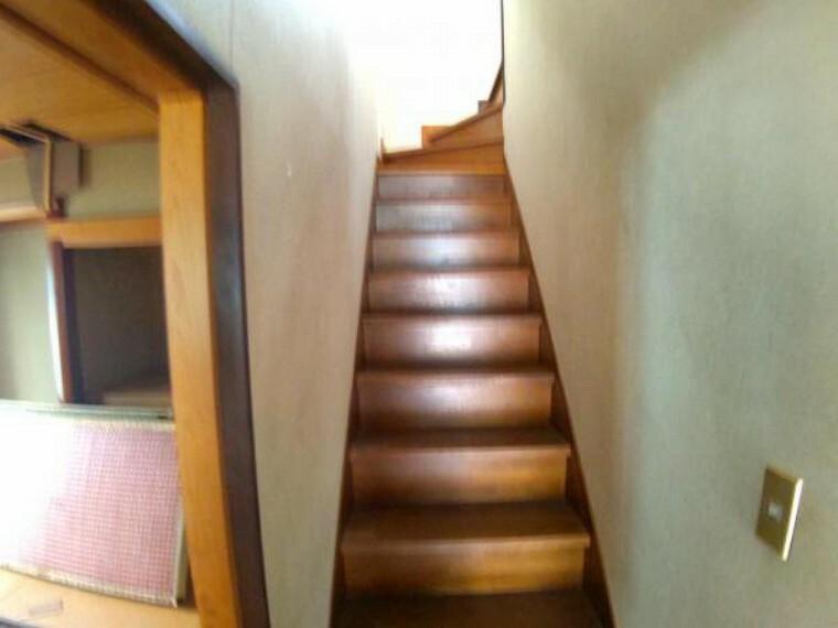 【リフォーム中】 階段写真です。天井と壁のクロスを張り替えて、床はクッションフロアを張る予定です。小さいお子様からご年配の方まで上り下りできるように、手すりと滑り止めを設置します。