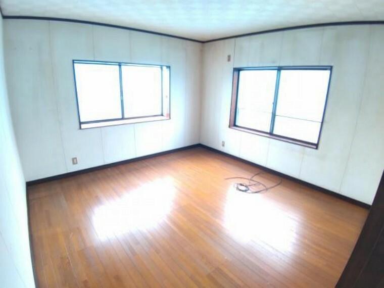 洋室 【リフォーム中】2階南側洋室です。天井・壁のクロス張替えの他、床は上張りし照明や火災報知器も新品を設置する予定です。