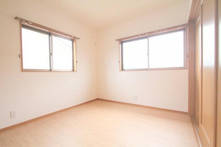 洋室 朝日を浴びて快適に起床できる南東側5.3帖の洋室!