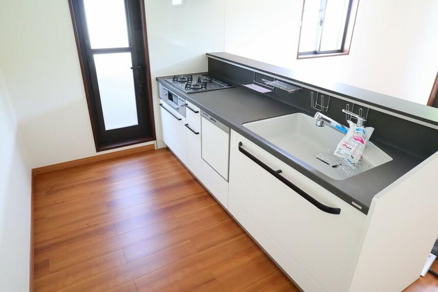 キッチン キッチン  使い勝手の良いカウンターシステムキッチン  家事がはかどりそうです  勝手口も付いています