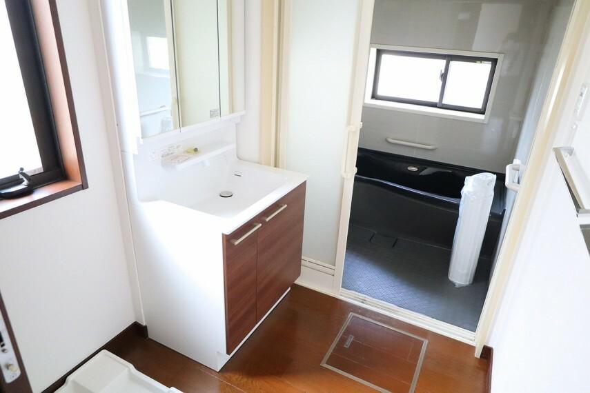 洗面所  シャワー付き洗面化粧台  三面鏡付で朝の身支度もラクラクです