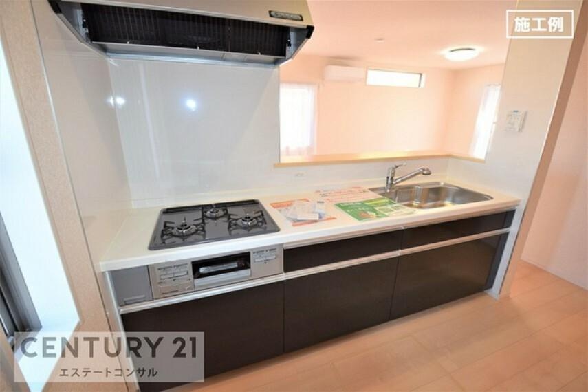 キッチン <施工例 システムキッチン> 浄水器・3口ビルトインコンロ付 コンロ・シンク下には調理器具や調味料などたっぷりと収納できます。 窓があるので明るく、換気もしやすい、使い勝手の良いキッチンです。