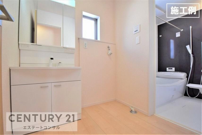 洗面化粧台 <施工例 洗面所> 朝のスタイリングにもうれしいハンドシャワー付き三面鏡。 洗濯機置き場には窓が付いてるので換気や湿気対策にも便利です。