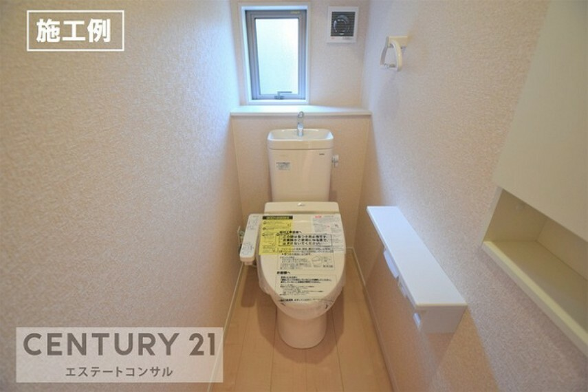 トイレ <施工例 トイレ> 1F・2F共ウォシュレット付き。 近づくと自動でふたが開き、離れると閉まるフルオート便座。 ニッチや棚付き2連ペーパーホルダー、タオル掛けもついています。