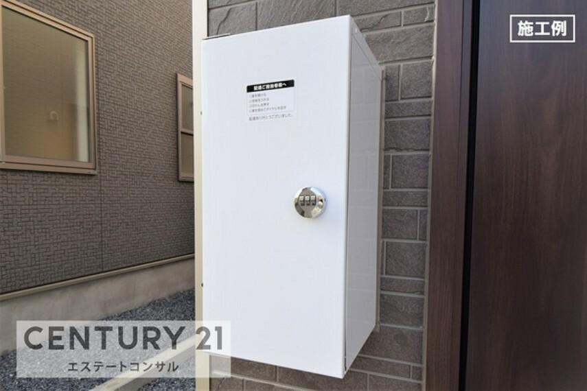 玄関 <施工例 宅配ボックス> 不在時や非対面での荷物受取りに、便利な宅配ボックス。 圧迫感がなく、玄関ドアの横についている為、お荷物の取り出しもスムーズです。
