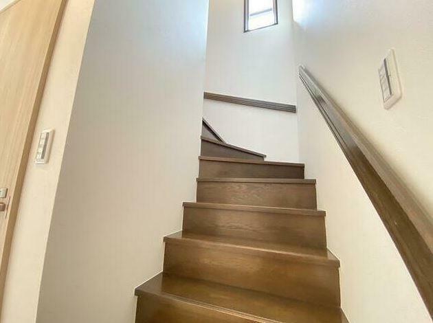 2階へ上がる階段スペースです。 窓もあり日が入ります。
