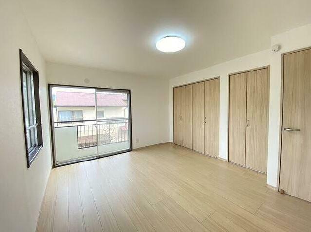 寝室 主寝室に設計された洋室です。 壁一面収納があり、衣類に荷物に色々しまえます。