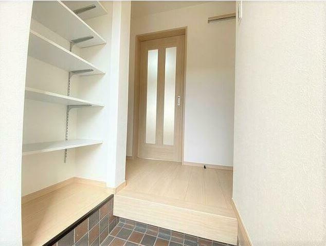 玄関 玄関を入ると可動棚式の靴収納があります。 高さもあるため色々なものがしまえます。
